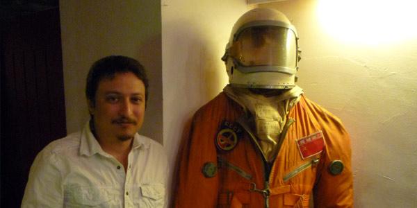 Mike Lorenzo al lado de un traje de cosmonauta ruso